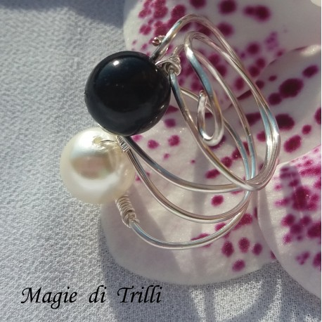 Anello artigianale donna in filo per gioielli color argento, con perle bianca e nera, regolabile